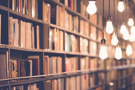 Bibliothèques éclairée par des ampoules