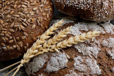 3 pains les uns sur les autres avec un épi de blé