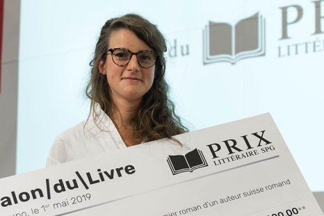 Claire May, lauréate du Prix littéraire SPG 2019, avec son chèque de CHF 5000