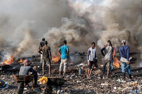 La population brûlent les déchets dans la décharge d'Agbogbloshie au Ghana
