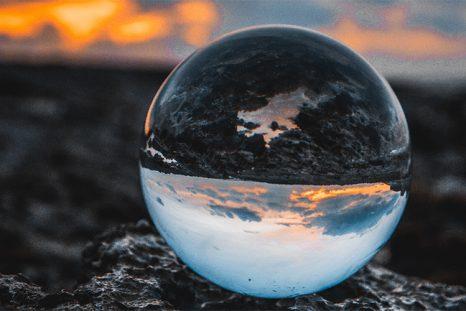Photo d'une bulle reflétant la terre
