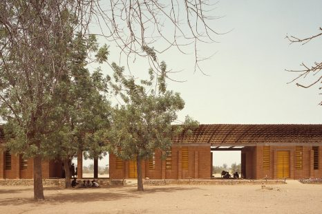 Au cours de ses études, l'architecte africain Francis Kéré crée une association pour lever des fonds qui ont permis de construire l'école primaire de Gando (Burkina Faso).